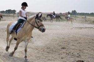 Mädchen auf Pferd bei Reitturnier
